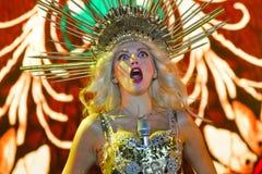 Olya Polyakova, moment drôle avec le microphone sautant hors de son soutien-gorge pendant sa représentation, Pobuzke, 15 07 2017, Photos stock