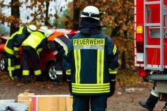 Olycka - brandkåren räddar offret av en bil Royaltyfri Fotografi