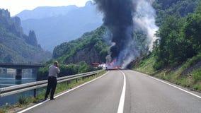 olycka bruten bilchaufförfokus nära reflekterande varning för vest för vägsäkerhetstriangel Royaltyfri Foto