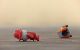olycka bruten bilchaufförfokus nära reflekterande varning för vest för vägsäkerhetstriangel Royaltyfri Bild