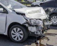 Olycka för bilkrasch på gatan, skadade bilar efter collisio Arkivbild
