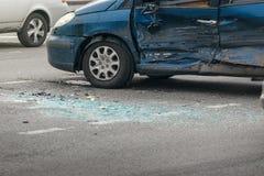 Olycka för bilkrasch på gatan, skadade bilar efter sammanstötning i stad Royaltyfri Bild