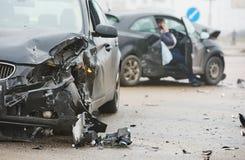 Olycka för bilkrasch på gatan, skadade bilar efter sammanstötning i stad Arkivbild
