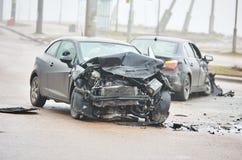 Olycka för bilkrasch på gatan, skadade bilar efter sammanstötning i stad royaltyfria bilder