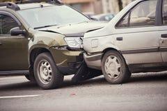 Olycka för bilkrasch på gatan, skadade bilar efter sammanstötning i stad Royaltyfri Fotografi
