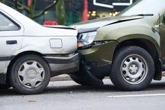 Olycka för bilkrasch på gatan, skadade bilar efter sammanstötning i stad Arkivfoto
