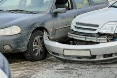 Olycka för bilkrasch på gatan, skadade bilar efter sammanstötning i stad Fotografering för Bildbyråer
