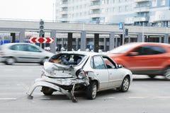Olycka för bilkrasch på gatan, skadade bilar efter sammanstötning i stad Arkivbilder