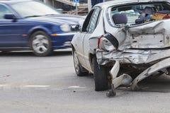 Olycka för bilkrasch på gatan, skadade bilar efter sammanstötning i stad Arkivfoton
