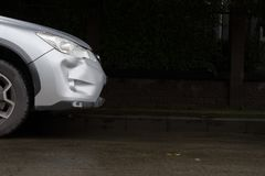 Olycka för sammanbrott för skada för krasch för bilsilverfärg riklig arkivbild