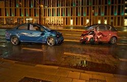 Olycka för två bilar på vägen på stadsläge på nattetid royaltyfri bild