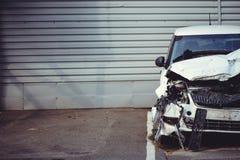 Olycka i en bilolycka på gatan, skadade bilar efter en sammanstötning i staden en bruten bil i parkeringsplatsen Arkivbilder