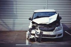 Olycka i en bilolycka på gatan, skadade bilar efter en sammanstötning i staden en bruten bil i parkeringsplatsen Royaltyfria Bilder