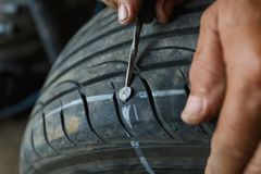 Olycka med punkterat gummihjulbegrepp royaltyfri bild