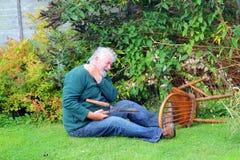 Olycka stupat over för trädgård fara arkivfoto
