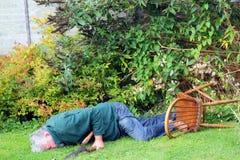 Olycka trädgårdnedgång över fara medvetslös man Royaltyfri Bild