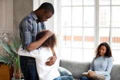 Olycklig afrikansk amerikanfamilj i vardagsrumskilsmässabegrepp royaltyfri fotografi