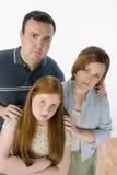 Olycklig familj som tillsammans står Royaltyfri Fotografi