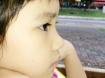 Olycklig flicka djupt i tankar Royaltyfri Foto