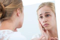 Olycklig flicka med en spegel Royaltyfria Bilder