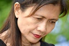 Olycklig hög asiatisk mormor royaltyfri fotografi