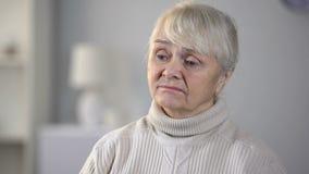 Olycklig hög kvinna i vårdhemmet som känner sig deprimerat och glömt, ensamhet arkivfilmer