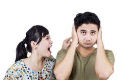 Olycklig kvinna som skriker till hennes pojkvän Arkivbilder