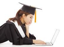 Olycklig kvinnlig avläggande av examen som tänker om karriär eller jobb arkivfoton