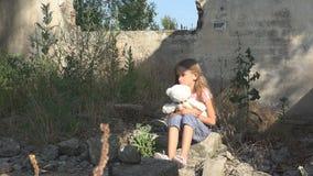 Olycklig ledsen unge, övergett barn i det demolerade huset, hemlösa flickabarn royaltyfria foton