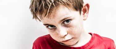 Olycklig liten unge som uttrycker trakasserad desillusion, bräcklig ensamhet och skräck arkivbilder