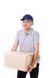 Olycklig man som bär den tunga lådaasken eller kartongen Royaltyfria Bilder