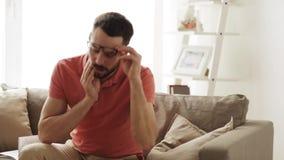Olycklig manlidandetandvärk hemma stock video