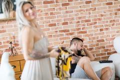Olycklig och deprimerad man med hennes fru som löser förhållandekris arkivbild