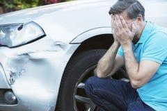 Olycklig olycka för chaufförInspecting Damage After bil arkivfoton