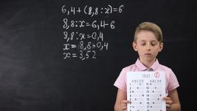 Olycklig skolpojke som rymmer det mislyckade provet, fattig kunskap, dålig utbildning lager videofilmer