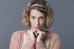 Olycklig 20-talflicka, tvivel och bekymmer Royaltyfria Foton