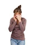 Deprimerad ung kvinna som isoleras på vitbakgrund Royaltyfria Bilder