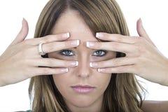 Olycklig ung kvinna som plirar till och med fingrar Royaltyfri Foto