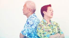 Olyckliga asiatiska höga par och att slåss Förhållandeproblem Arkivfoton