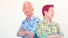 Olyckliga asiatiska höga par och att slåss Förhållandeproblem Arkivfoto