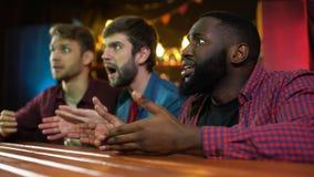 Olyckliga emotionella blandras- vänner, förlorande match för landslag, tid i bar lager videofilmer