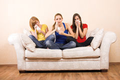 olyckliga kvinnor för skriande sofa Royaltyfri Foto