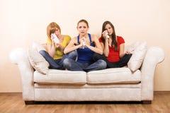 olyckliga kvinnor för skriande sofa Royaltyfri Bild
