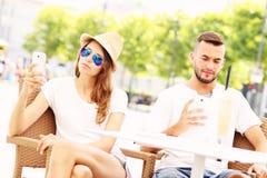 Olyckliga par i ett kafé Arkivfoto