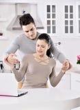 Olyckliga par i köket Royaltyfria Foton