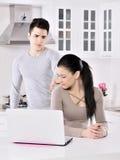 Olyckliga par i köket Arkivbild