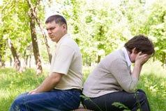 Olyckliga par i parkera Arkivfoton