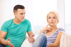 Olyckliga par som har argument hemma Arkivfoto