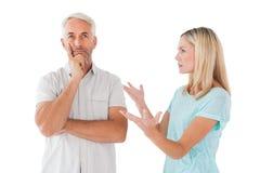 Olyckliga par som har ett argument med mannen som inte lyssnar Royaltyfri Fotografi