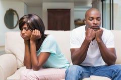 Olyckliga par som har ett argument på soffan Royaltyfria Foton